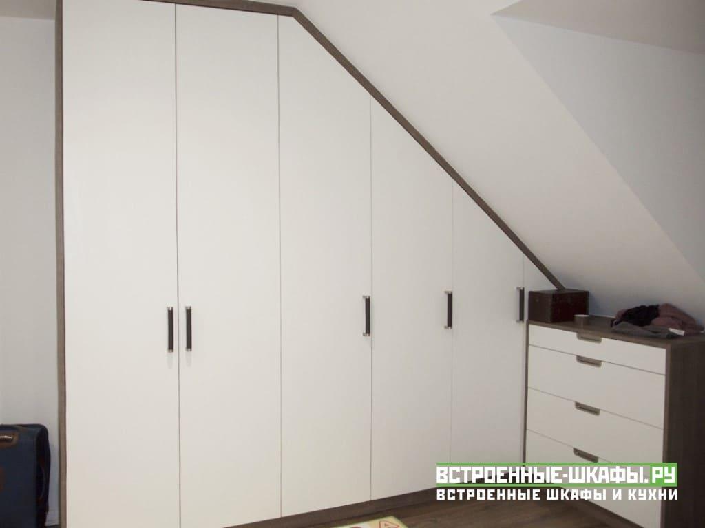 Встроенный шкаф с тумбочкой на мансарде