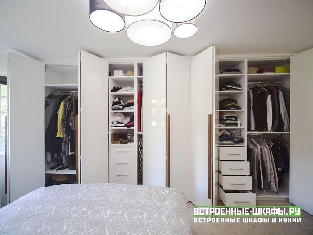 Длинный встроенный шкаф гармошка между стенами