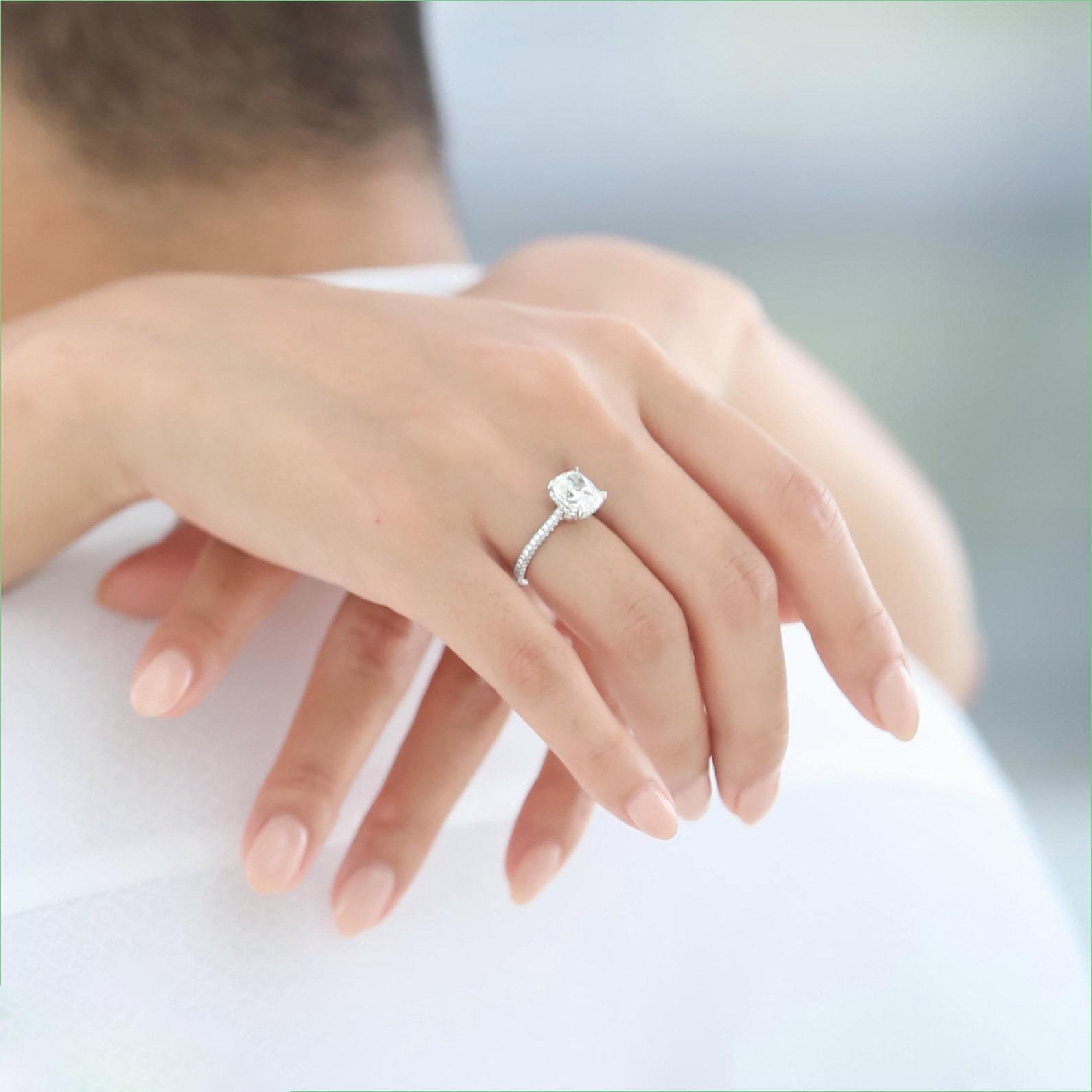 учитывать картинки красивая женская рука с кольцом когда снимаете