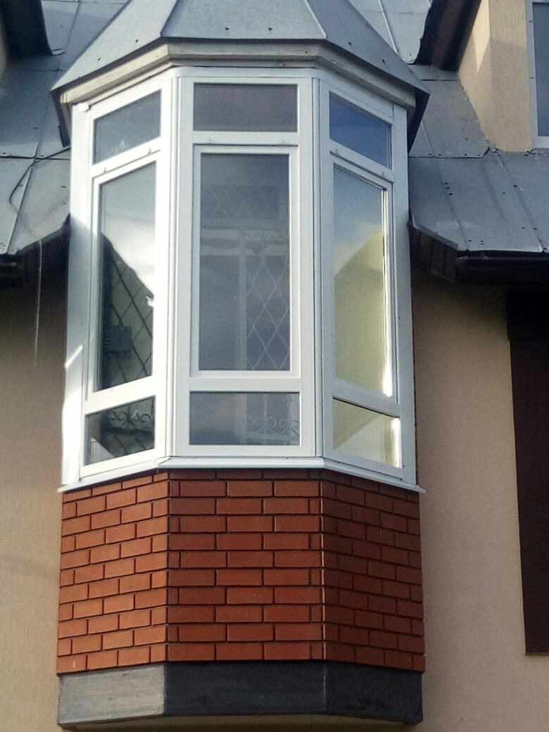 Остекление балкона из трех конструкций через угловое соединение