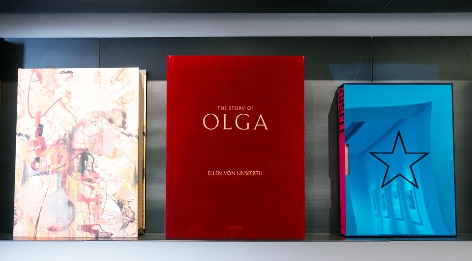 Книги издательства Taschen на полке миланского бутика издательства.