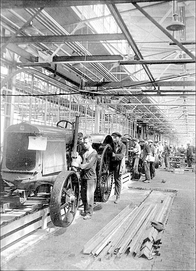 В цеху Сталинградского тракторного завода. 1930 год