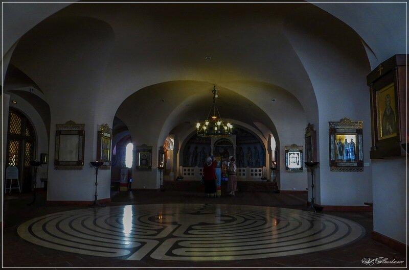 Кто бы мог подумать, что лабиринт из знаменитого французского католического собора будет столь органично смотреться в православном храме