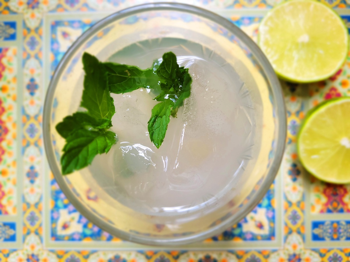 Арак с лимонным соком и наной. Израильская кухня.