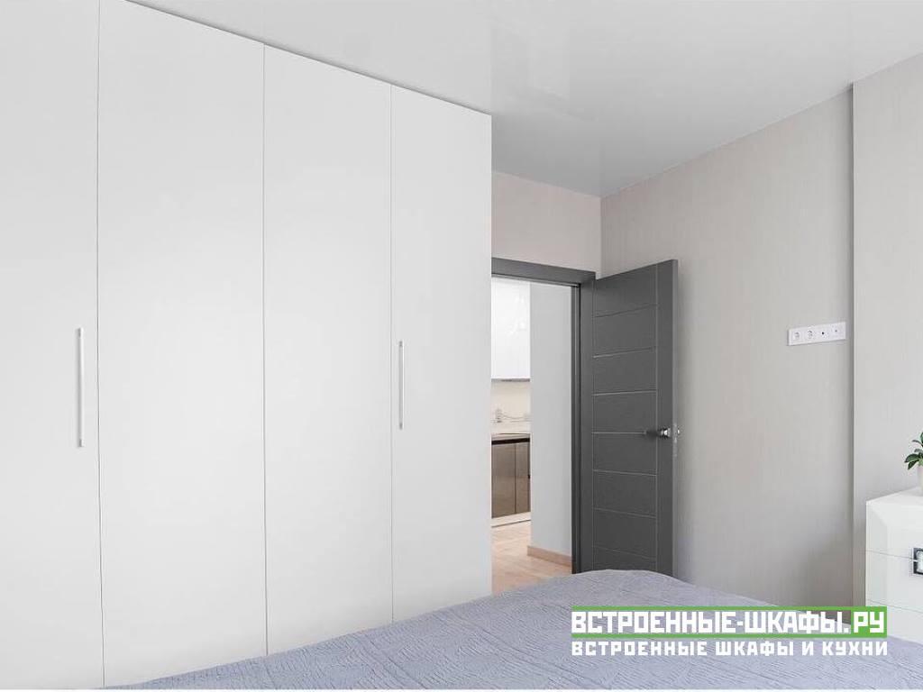 Встроенный под натяжным потолком шкаф гармошка