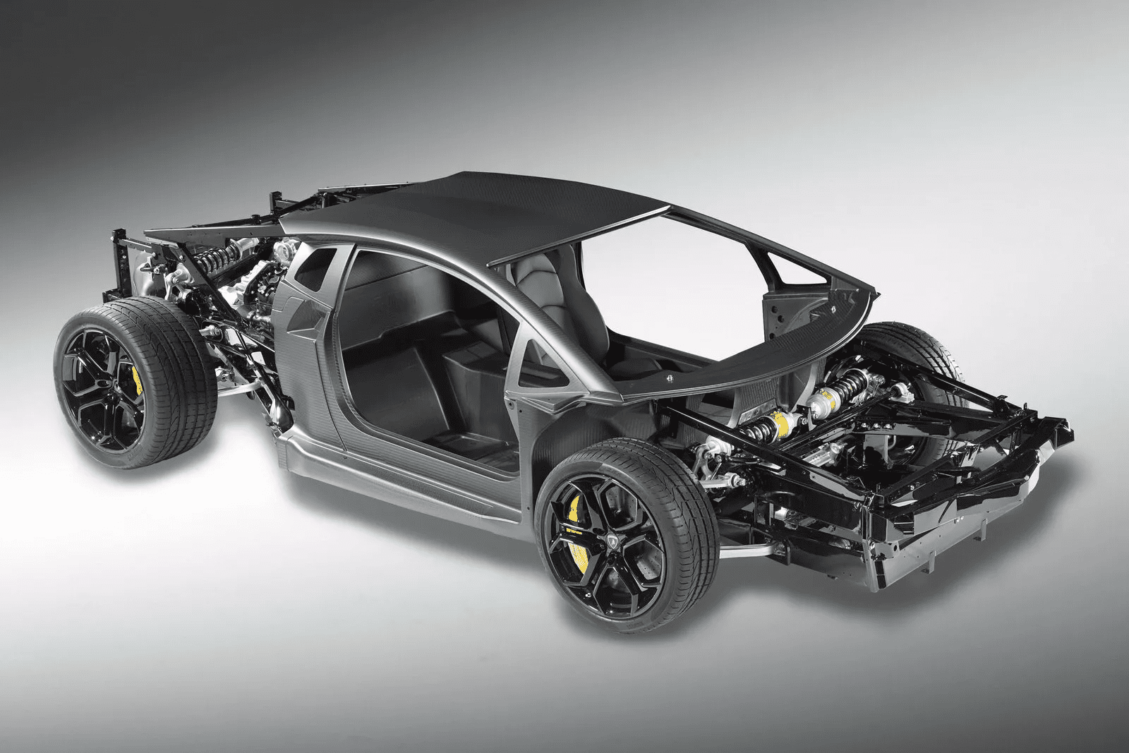 На фотографии монокок дорестайлингово Aventador.