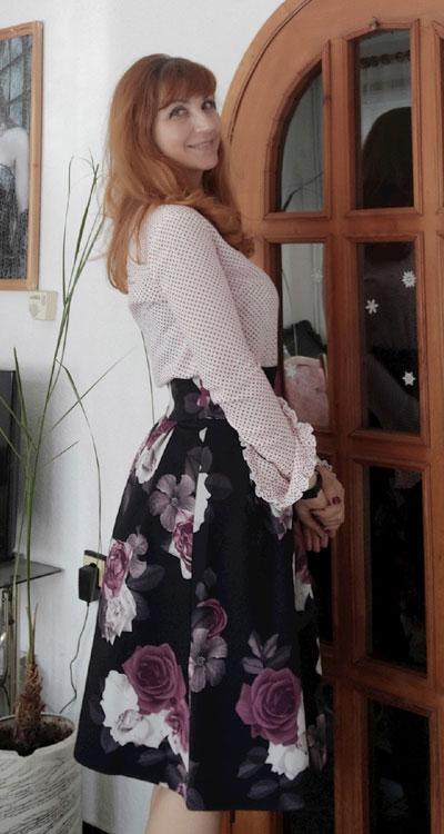 Фен снимка с красива разкроена пола на цветя от Ефреа.