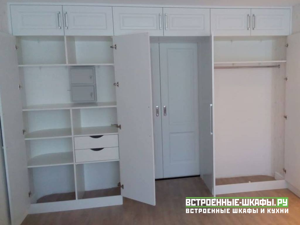 П-образный встроенный шкаф вокруг дверного проема
