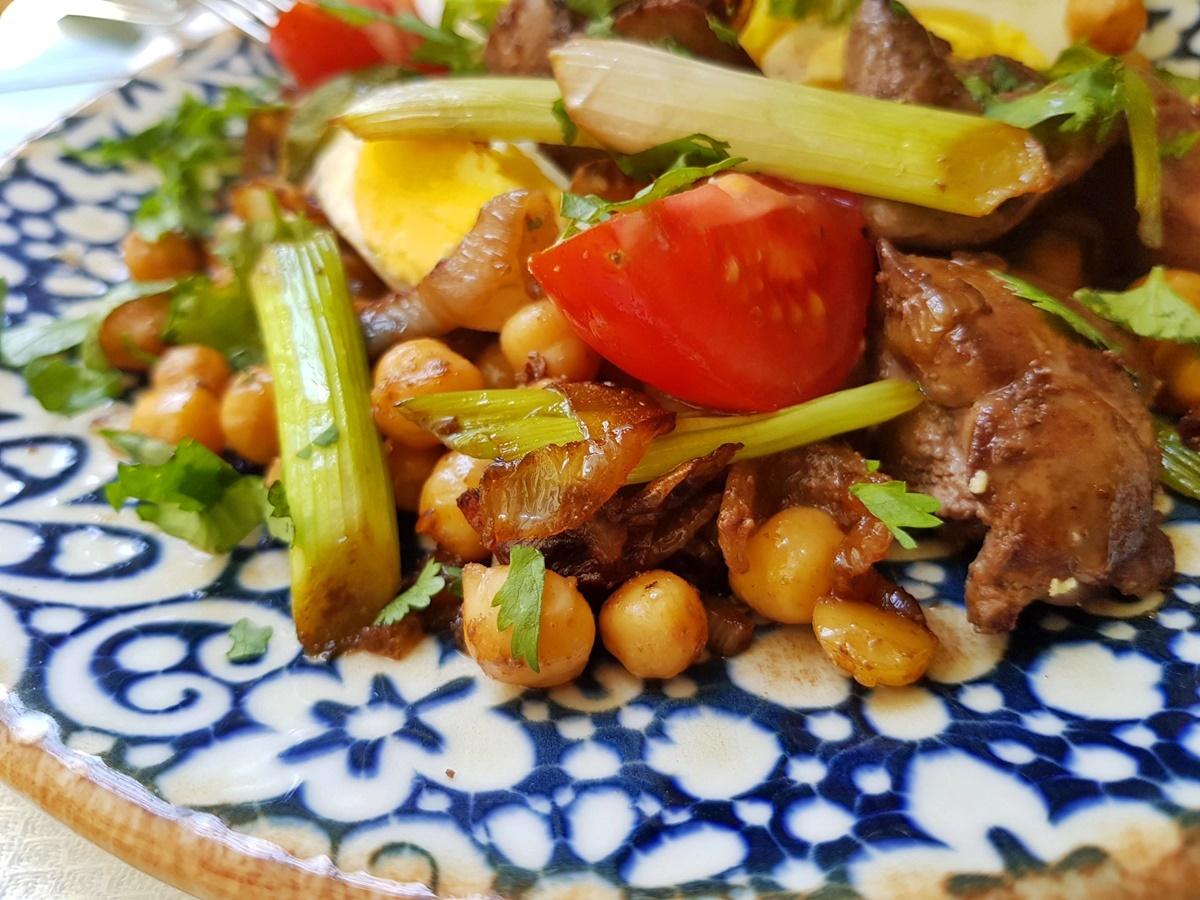 ПП рецепты: жареная с луком куриная печень, вареный нут, овощи и зелень. Вкусно и полезно. Рецепт с фото.