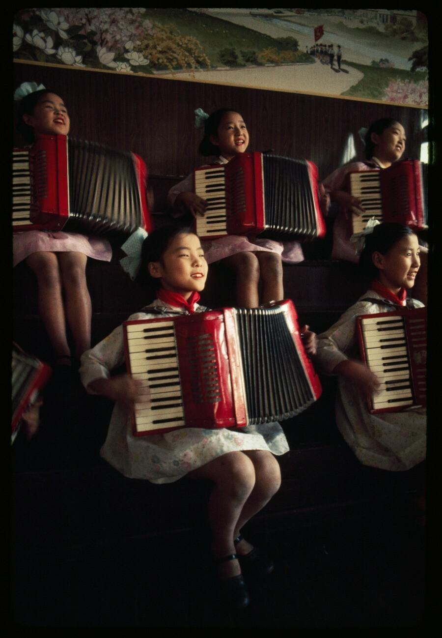 Северокорейские школьницы играют на аккордеонах, 1974. Фотограф Х. Эдвард Ким