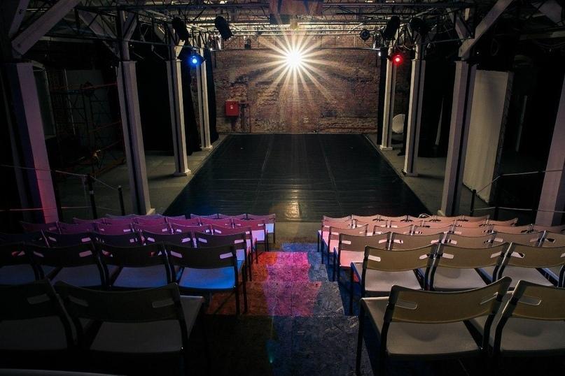 В Петербурге уже несколько лет успешно существует театральная Площадка «Скороход» на территории бывшей обувной фабрики. Также известен «Музей стрит-арта» на территории действующего завода слоистых пластиков, где проходят выставки, спектакли и перформансы.
