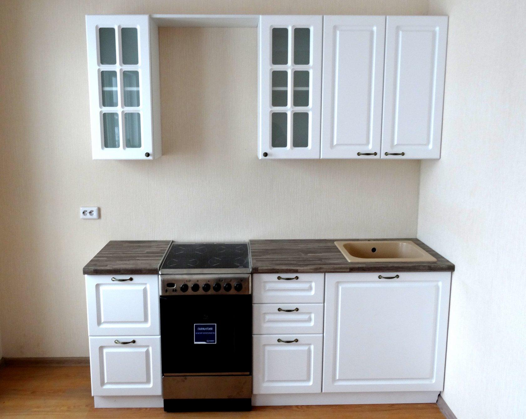 Кухонный гарнитур с отдельно стоящим кухонным столом