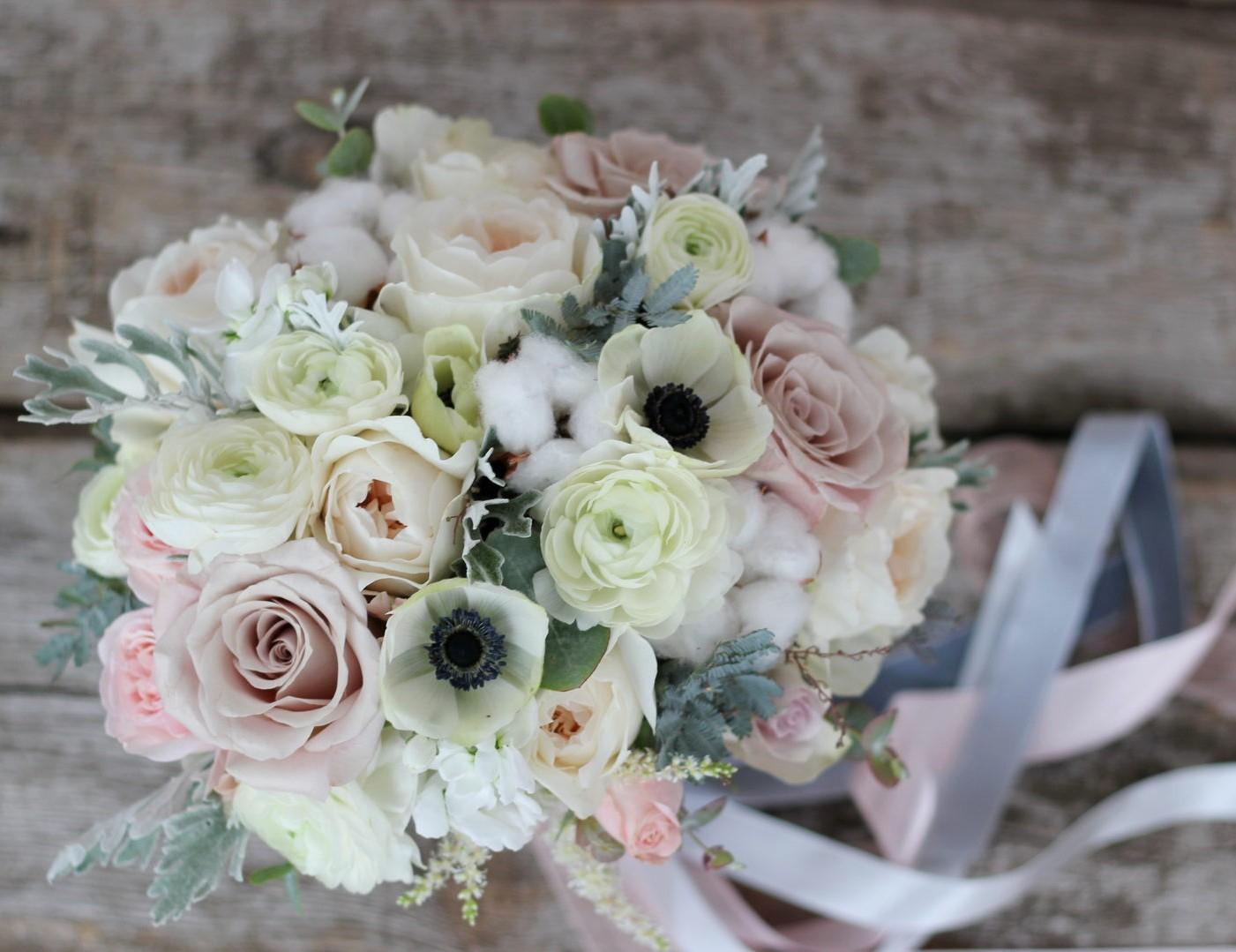 Цветы купить, букет невесты ранункулюсы и английские розы
