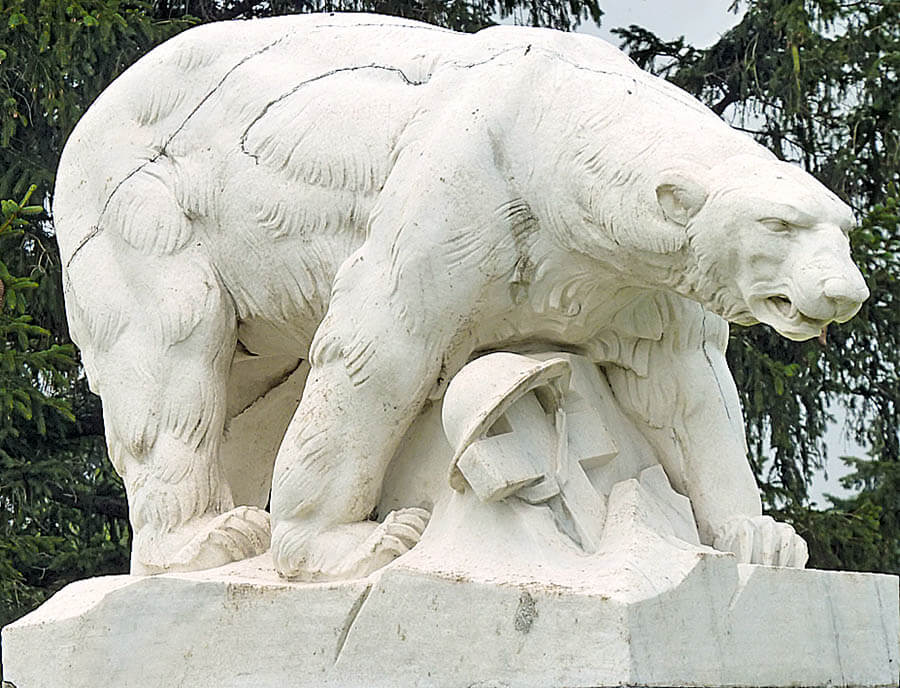Памятник медведь в американском городе Троя