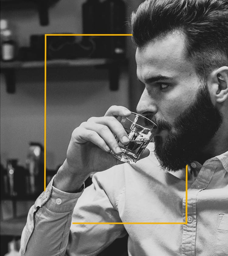 парень пьет виски