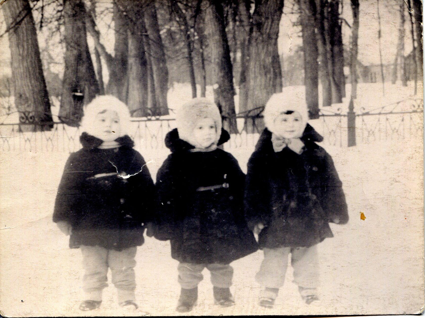 Возле парка в Дубровицах. 1959 год.