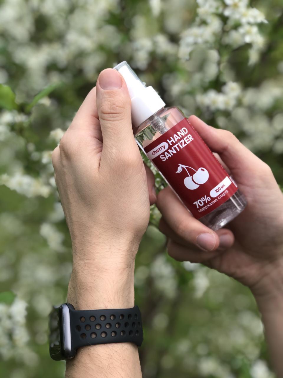 Антисептик для рук Hand Sanitizer Extra 100 мл с экстрактом вишни портретно на фоне природы