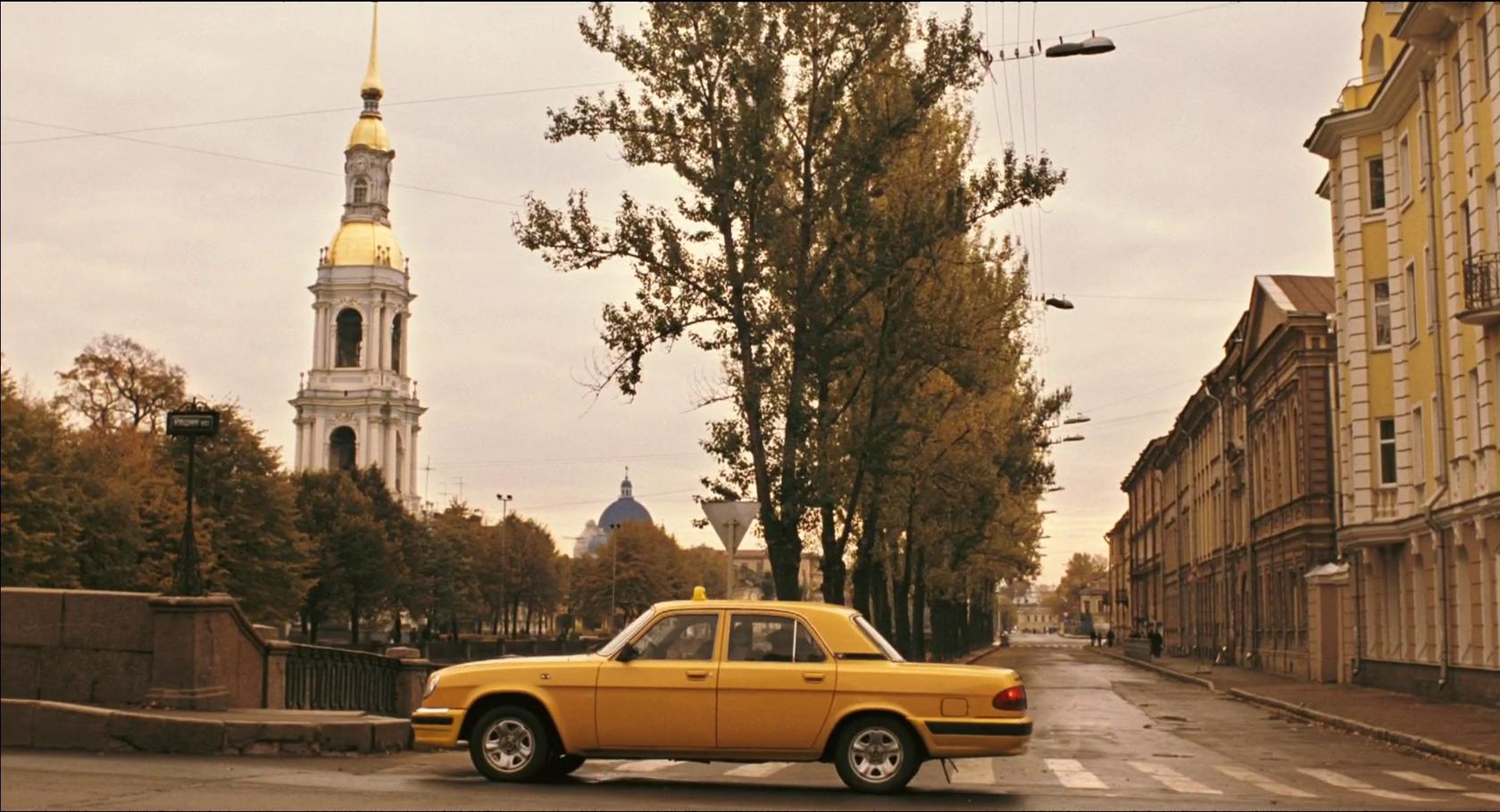 На углу Кашина моста и набережной Крюкова канала Лундгрен выходит из такси и впервые шагает по Петербургу на своих двоих.