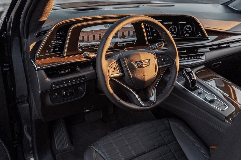 На руле есть кнопка, усиливающая звук голоса водителя для задних пассажиров.