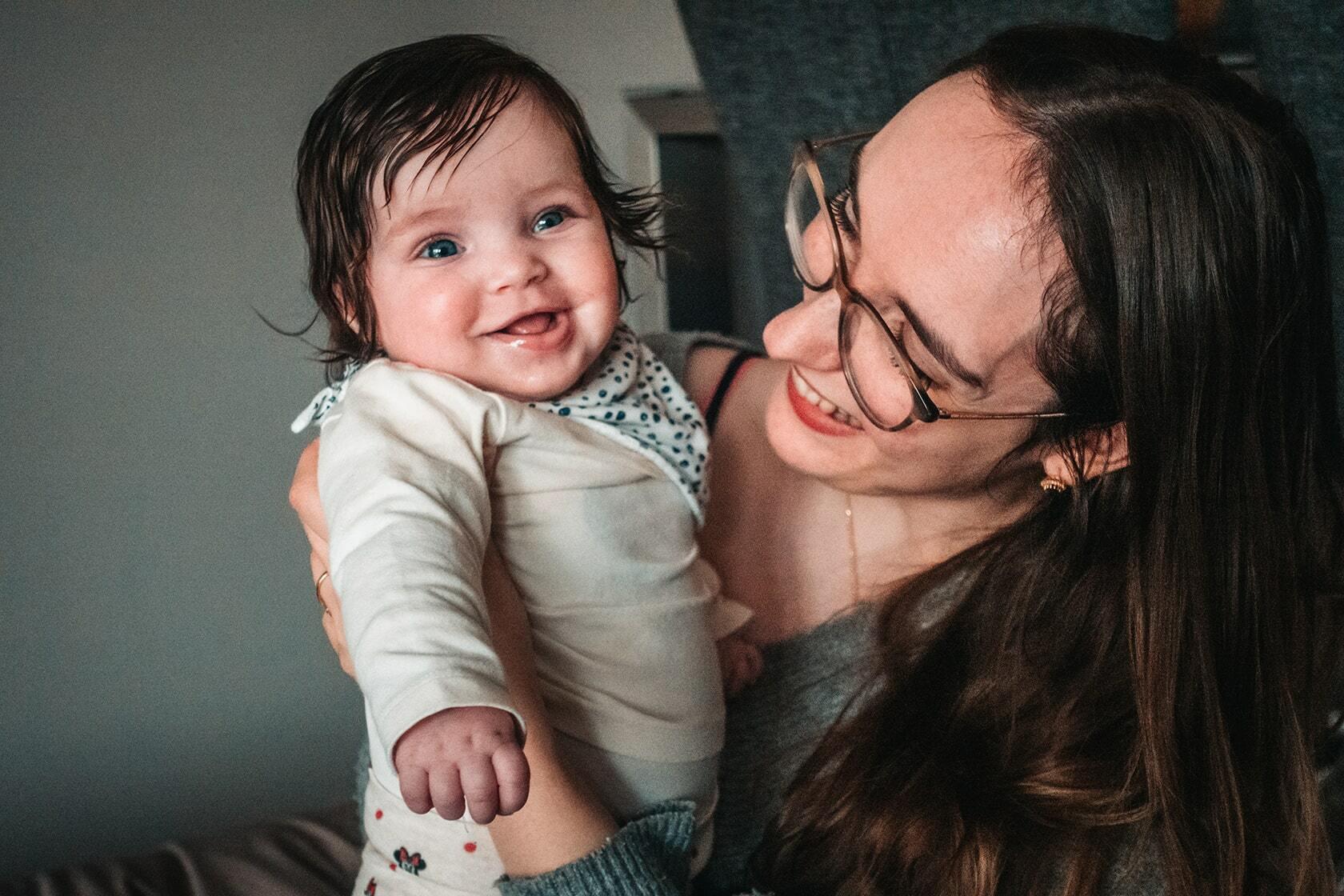 Foto van een een baby en persoon uit fotografie collectie mensen van Simon Wijers