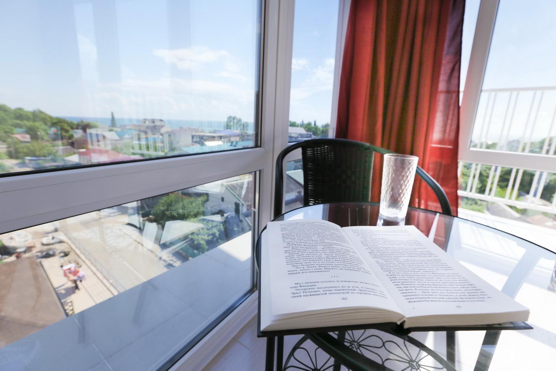 Вид из окна двухместного номера с видом на море в отеле Марсель, Лермонтово