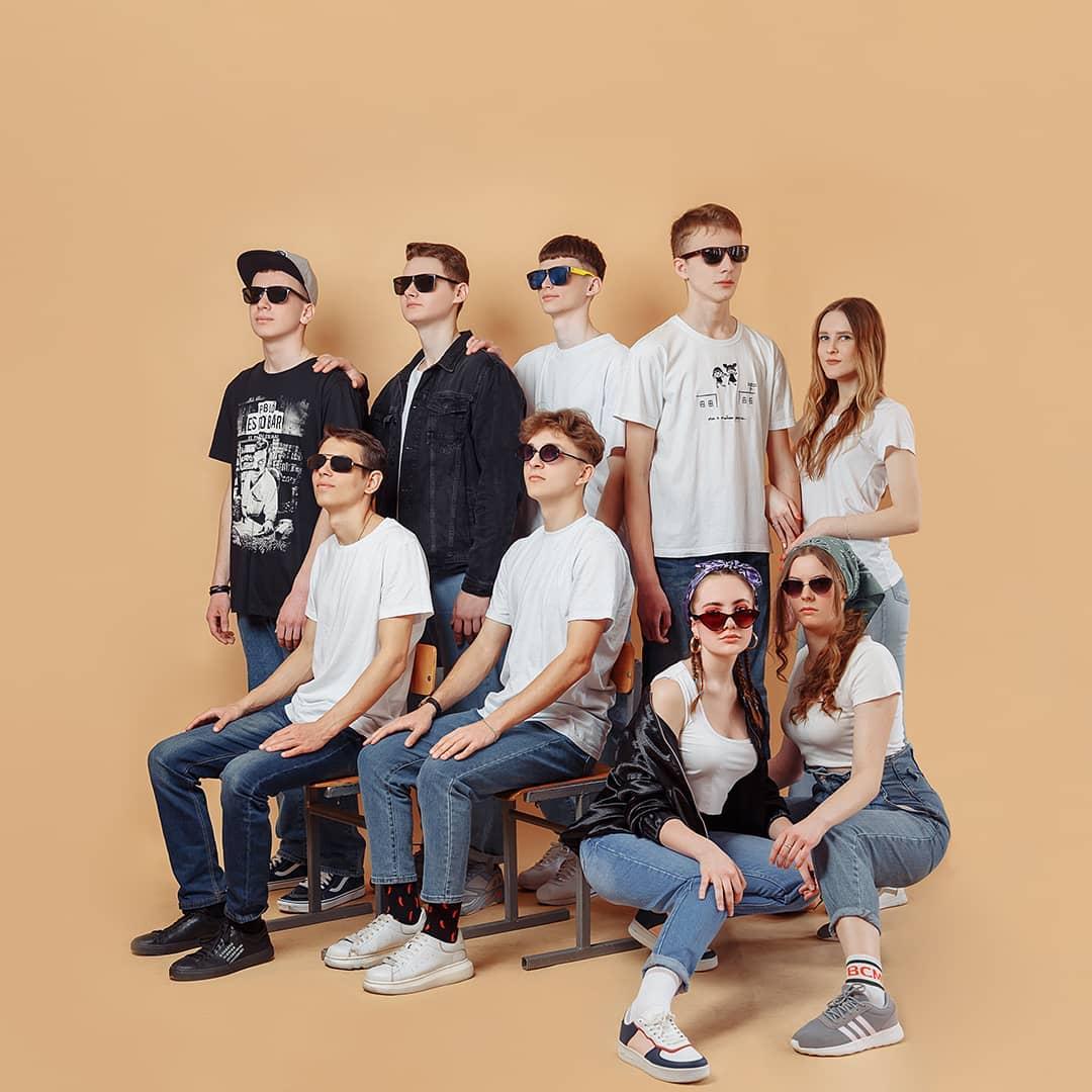 групповой портрет в очках