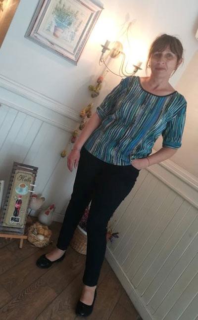Дамска блуза с фини вертикални райета, които издължават силуета и ефектно оформени ръкави до лакътя.