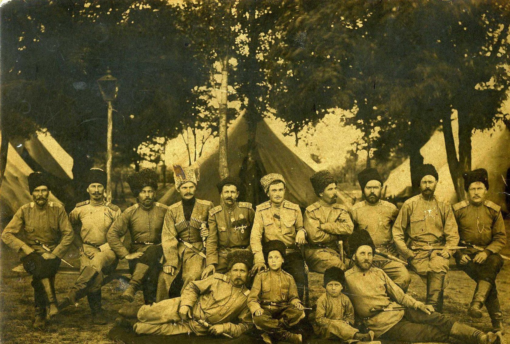 Источник: https://ru.wikipedia.org/wiki/Казаки#/media/Файл:Cossacks._May_5,_1916._Goryachy_Klyuch._Russian_Empire.JPG