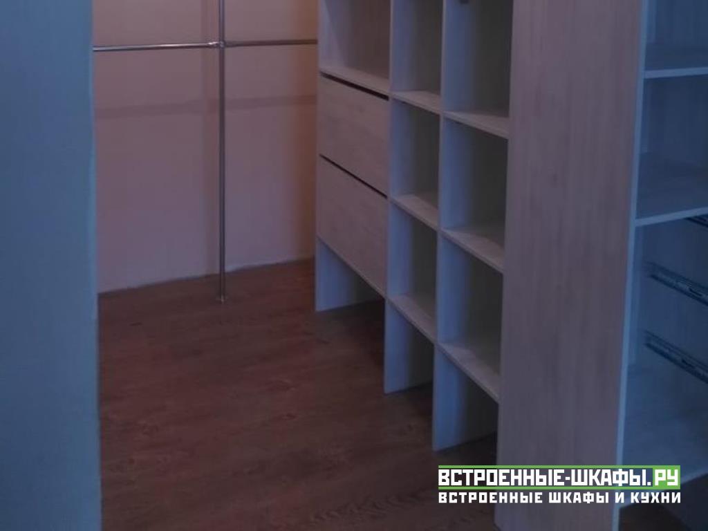 Встроенный гардеробный шкаф купе в спальне для ниши