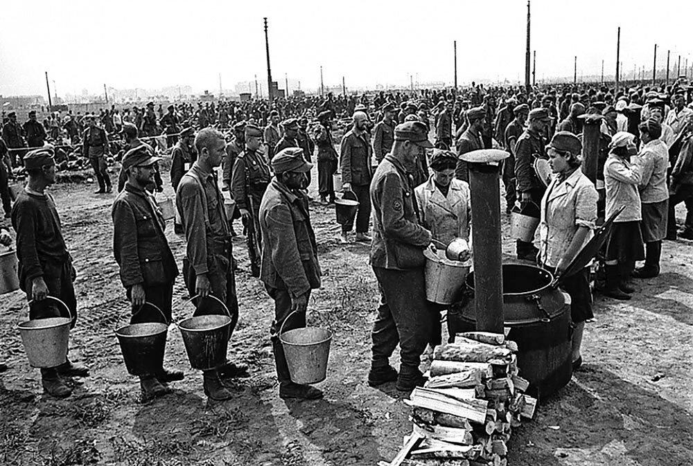 Очередь за бесплатным супом для немецких военнопленных