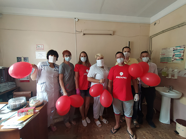Активисты Партии Шария поздравили медиков - фото