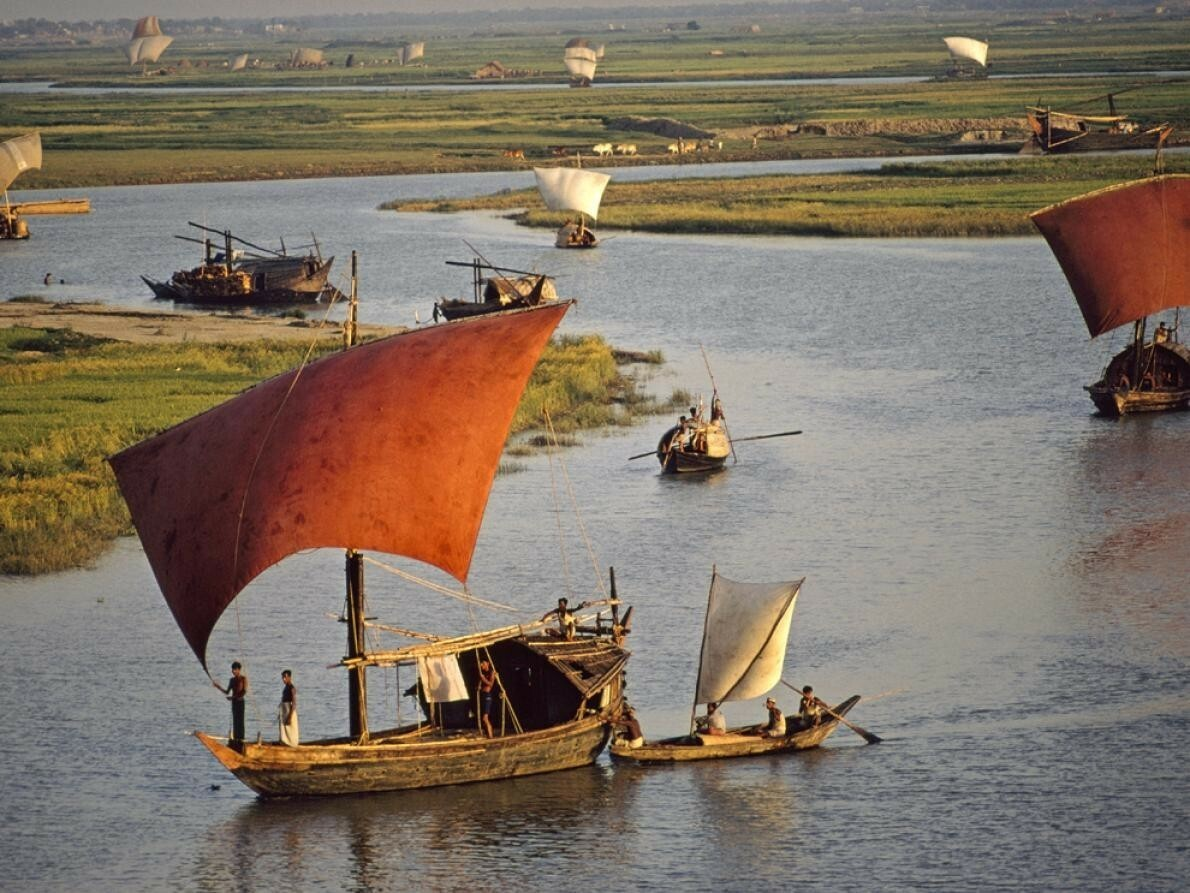 Алые паруса на реке Тураг, Бангладеш, 1972. Фотограф Дик Дарранс