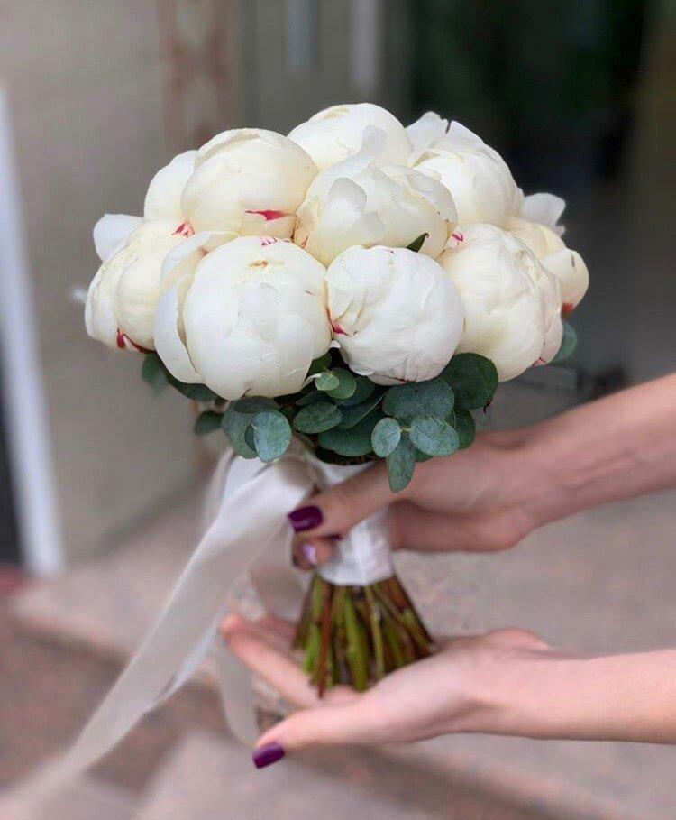 Свадебный букет из пионов с жемчугом, роз