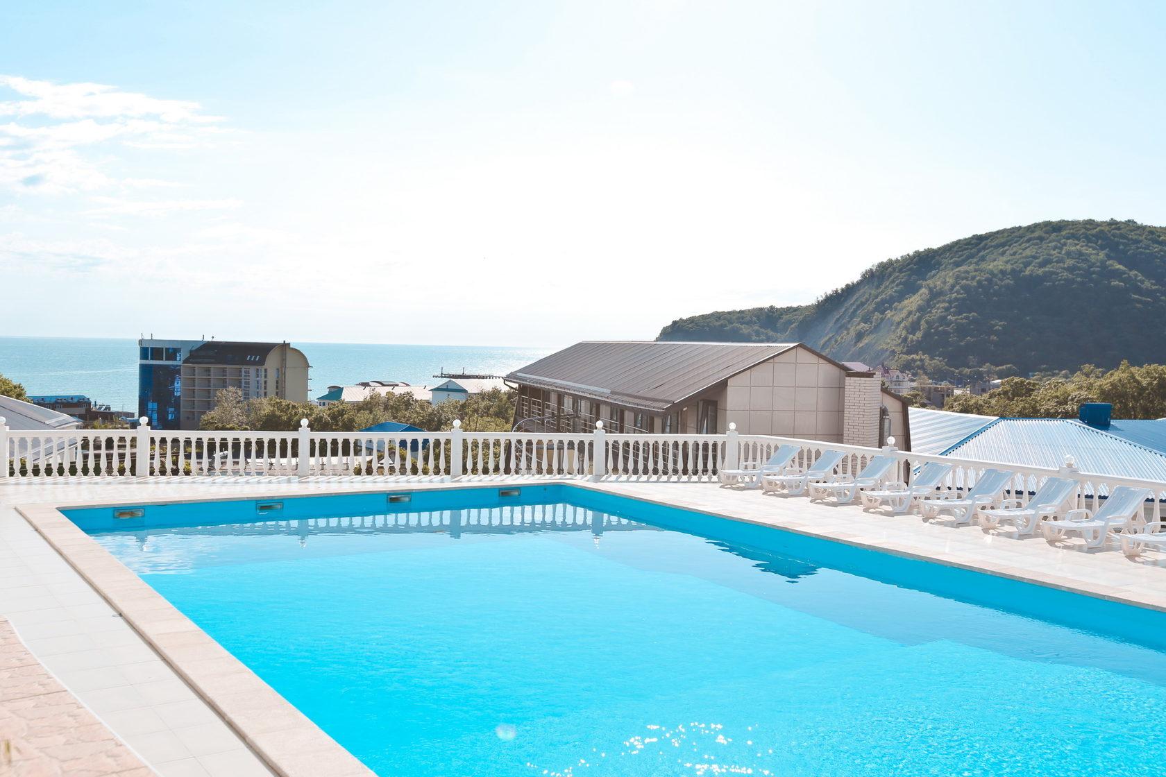 Бассейн на крыше отеля Марсель (Лермонтово) с видом на море и горы