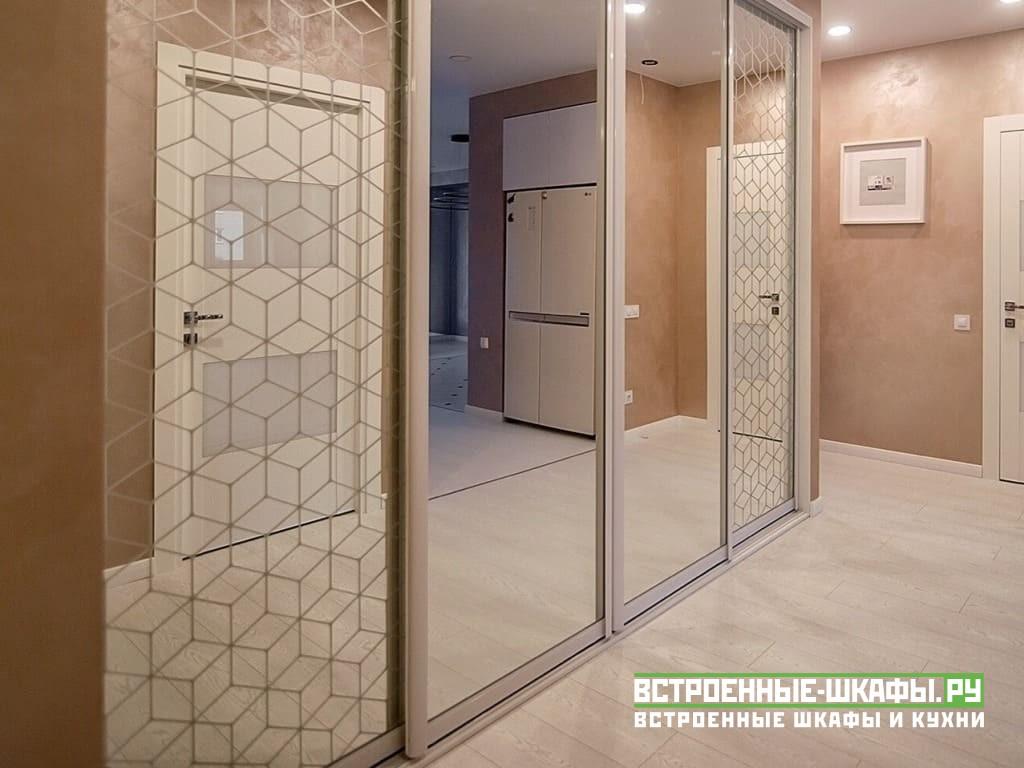 Встроенный шкаф купе в коридоре с зеркалами в нише