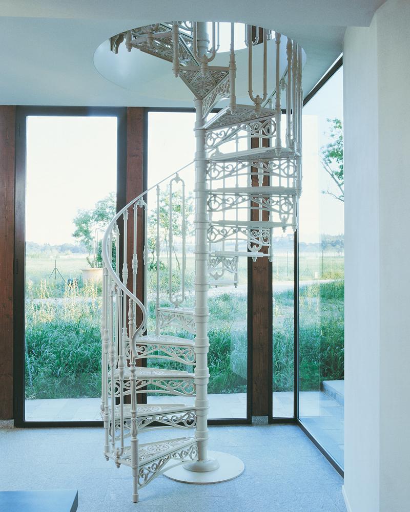 красивая белая чугунная лестница