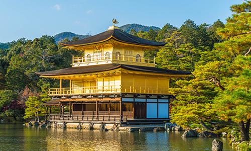 Золотой Павильон в Киото отражается в озере ранним утром
