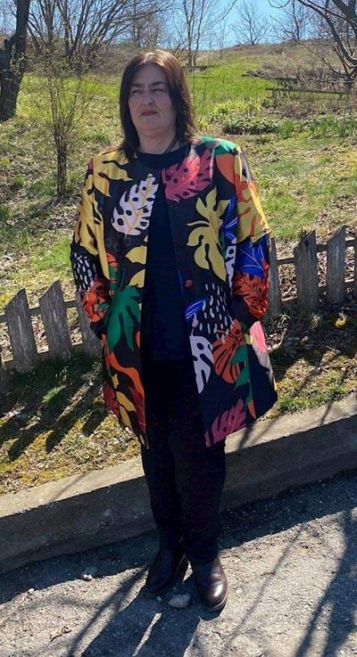 Черно дамско манто с цветен принт в голям размер - фен снимка, изпратена в Ефреа стил