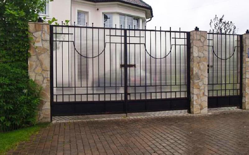 Распашные ворота сварные с прозрачным поликарбонатом