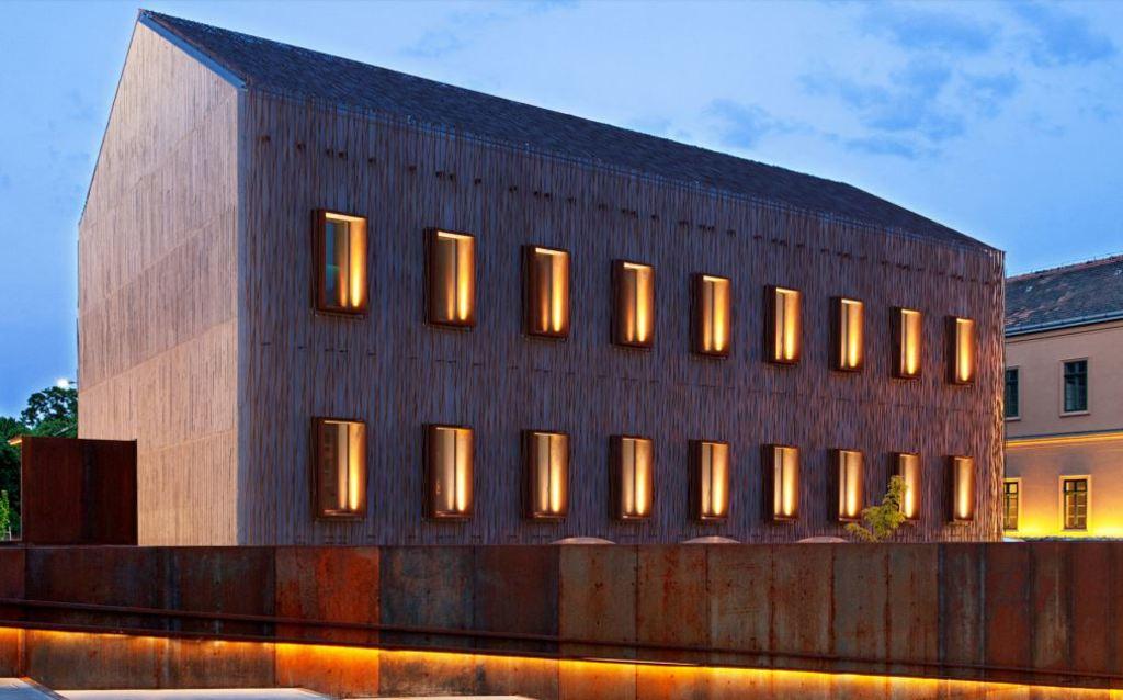 Пример фасада с контурной подсветкой окон