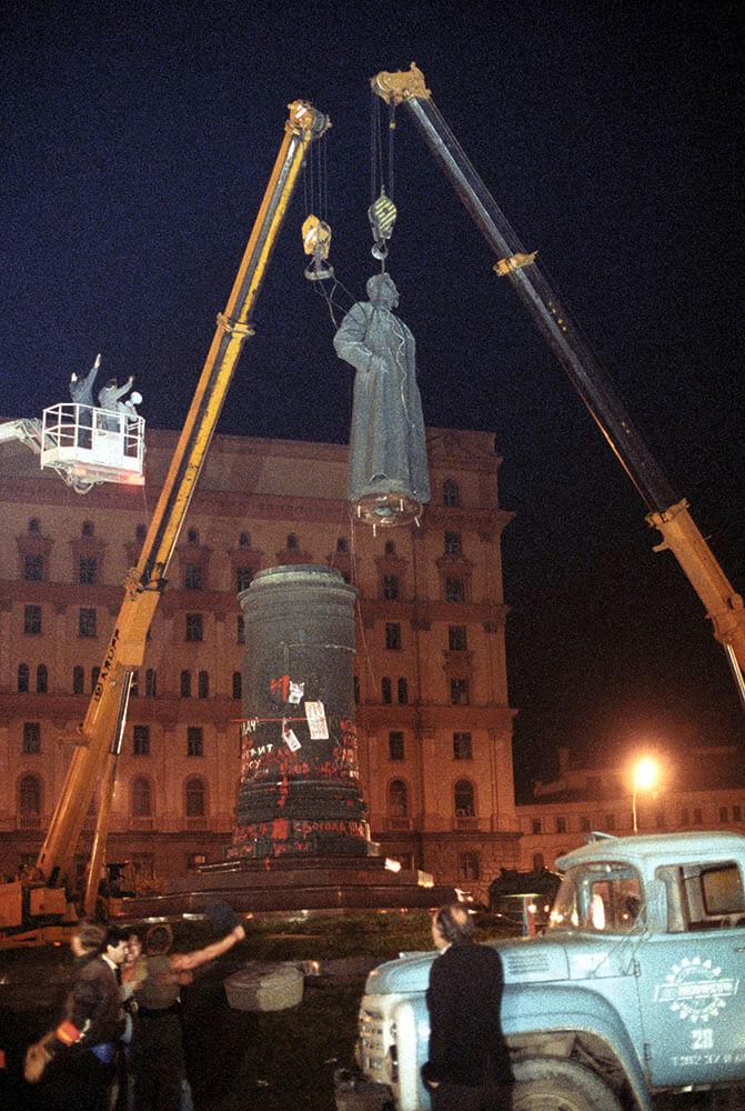 Демонтаж памятника Дзержинскому на Лубянке