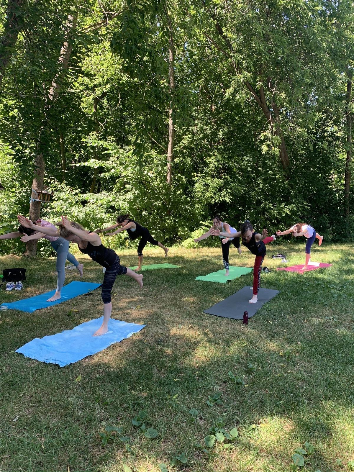 Тренировка по пилатесу в городском парке