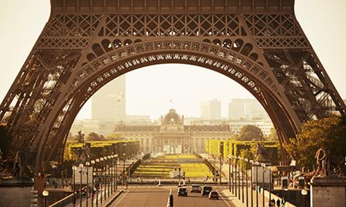 Вид сквозь Эйфелеву башню ранним утром в Париже