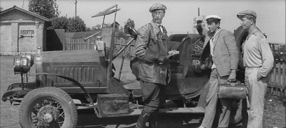 Киноавтомобиль отличался от описанного Ильфом и Петровым: у того в задней стенке была дверца, а сиденья для пассажиров размещались вдоль над колесами