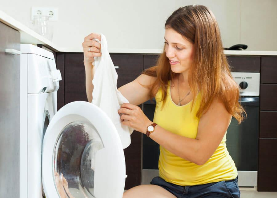 След като изперете белите дрехи още докато са влажни проверете за упорити петна и оцветявания.