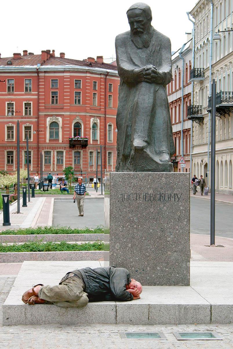 Памятник Достоевскому в Петербурге