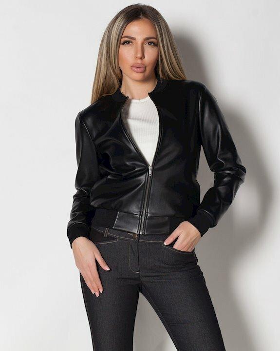 Черно късо яке от еко кожа, налично и в големи размери от Ефреа. Виж още дамски якета за есента и зимата на 2021 и 2022 г. в Ефреа.