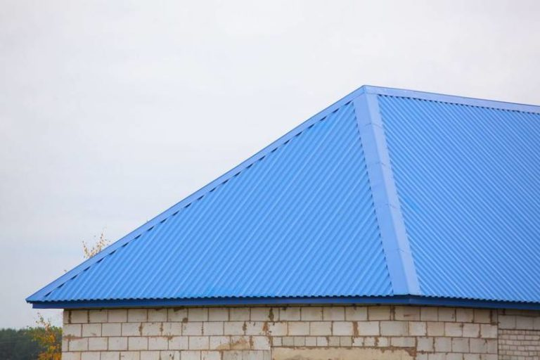синий профлист на крыше фото