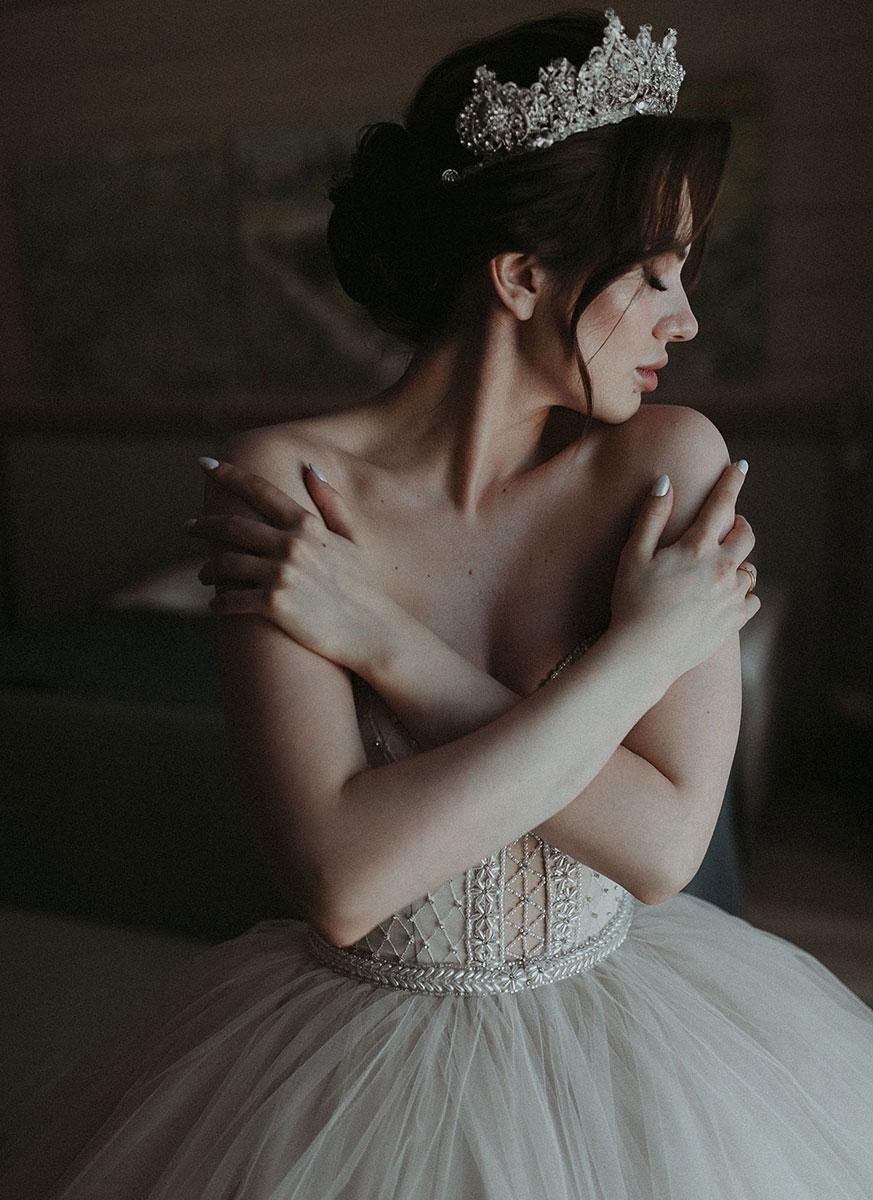Свадебный пучок на средние волосы с короной для Маргариты