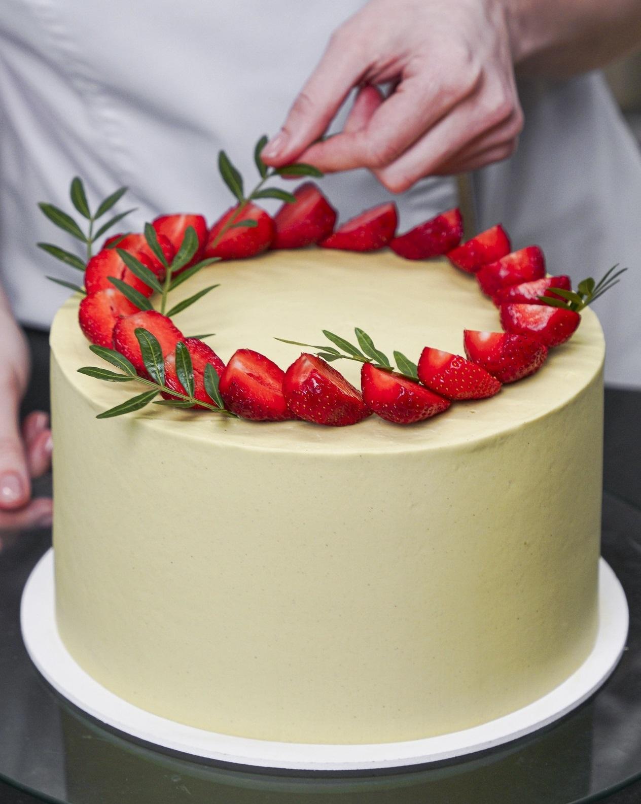 honey cake decorating